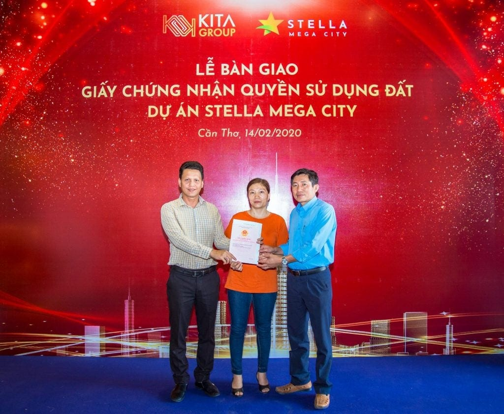 bàn giao sổ đỏ cho khách hàng mua dự án Stella Mega City