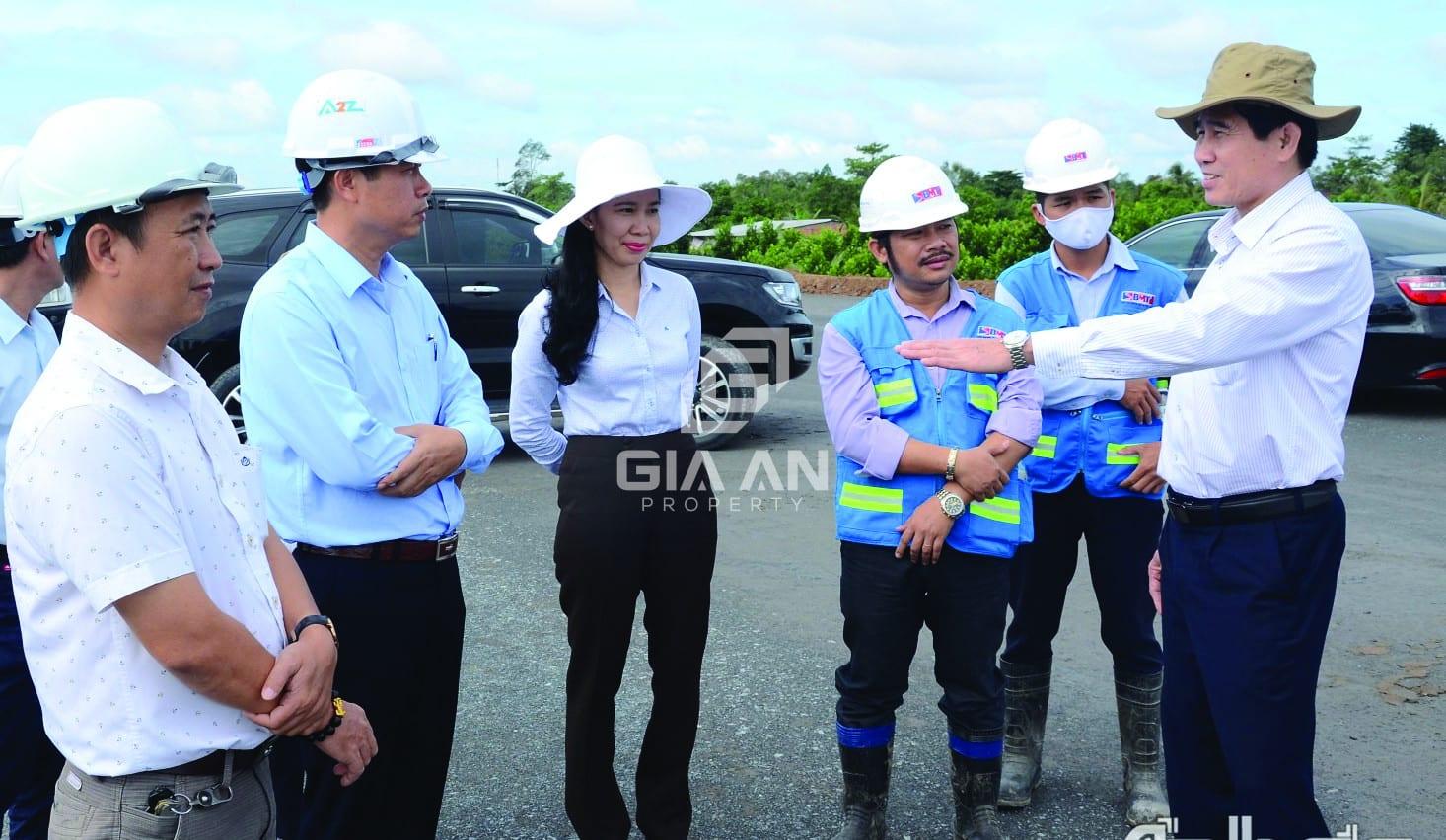 p/Ông Lê Văn Hưởng (ngoài cùng bên phải), Chủ tịch UBND tỉnh Tiền Giang kiểm tra tiến độ thi công Dự án đường cao tốc Trung Lương - Mỹ Thuận.