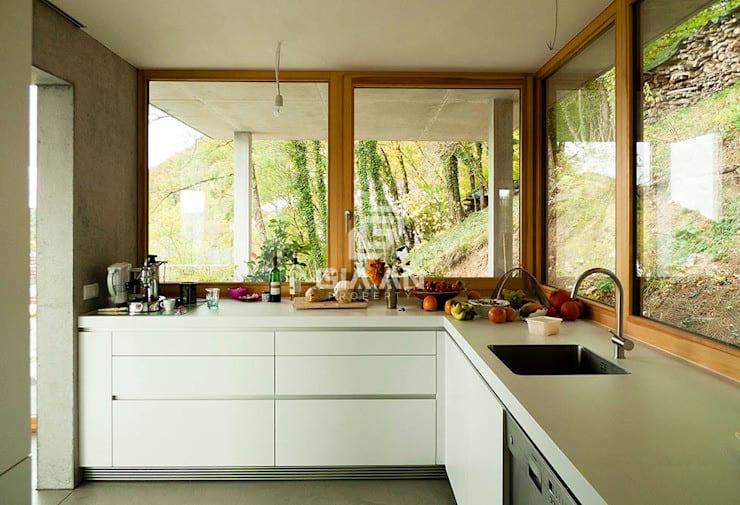 Nhà bếp phong cách hiện đại bởi GIAN SALIS ARCHITEKT Hiện đại